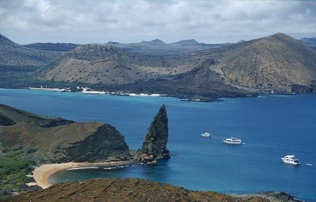 """GAL3. ISLAS GALÁPAGOS (Ecuador), 16/4/07.- Vista panorámica del archipiélago ecuatoriano de las Galápagos, inscrito en la Lista del Patrimonio Mundial desde 1978. El Parque Nacional de Galápagos y su Reserva Marina """"están gravemente amenazados"""", según las primeras conclusiones de una misión de expertos enviada por la UNESCO a Ecuador del 8 al 13 de abril. Las principales razones de esta amenaza son la creciente ivasión de especies de animales y plantas no nativas, el aumento de la población y de la inmigración ilegal, el incremento del turismo descontrolado y el fracaso en la gestión para resolver esta situación. EFE/Daniel Fitter"""